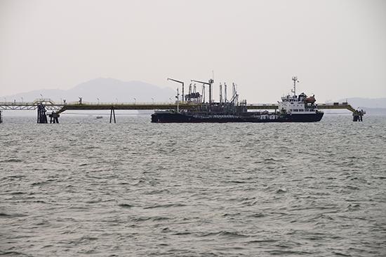 ship tanker lng gas in port